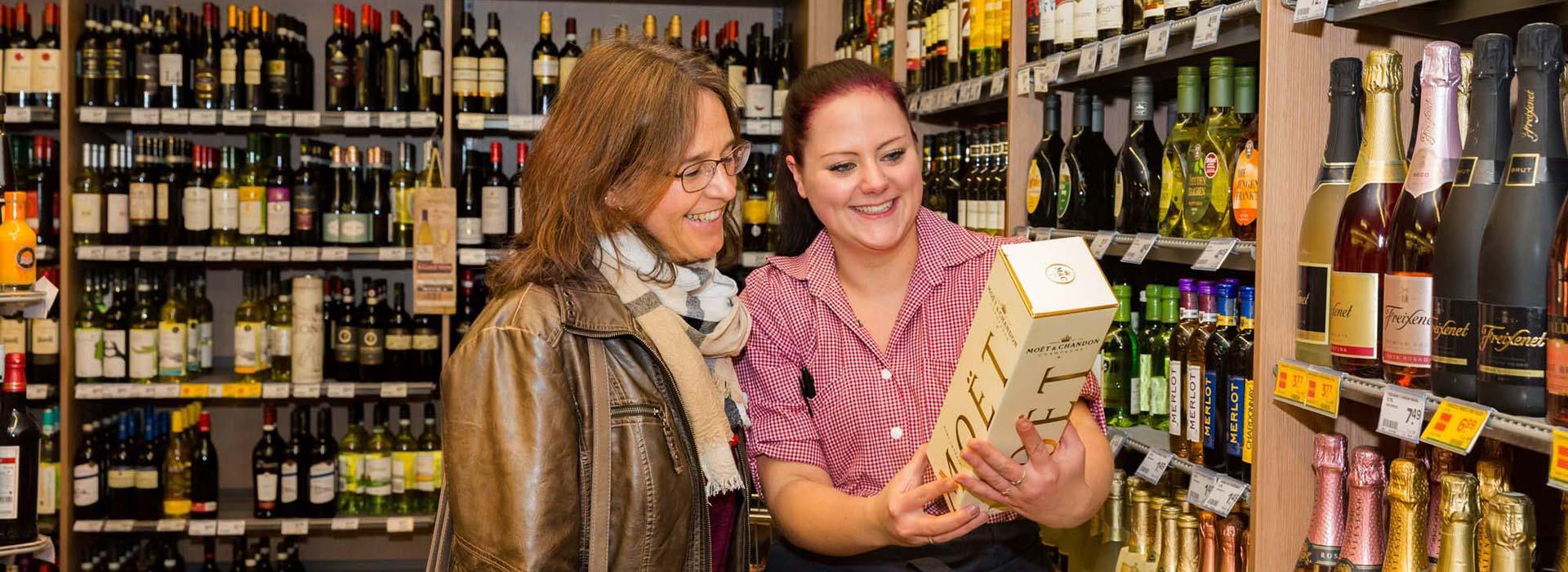 Beratung in der Weinabteilung in Allershausen