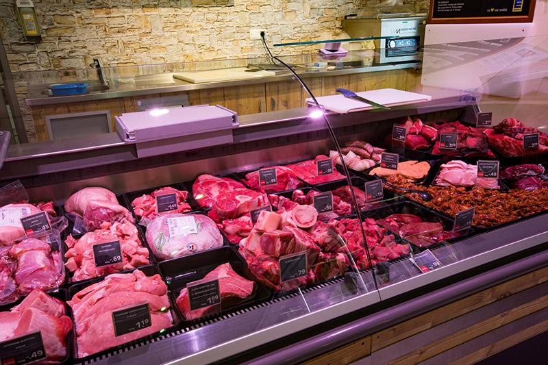 Fleisch in der Frischetheke in Bergkirchen
